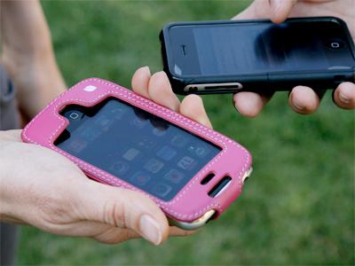 米国では若者たちを中心に、iPhoneをカラフルなカバーケースに入れて持ち歩くことがブームだ。携帯電話としてではなく、iPodのように身近なのだろう。